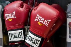 Kyiv Ukraina - Januari 27, 2019: Everlast boxninghandskar som är till salu i lagret royaltyfria foton