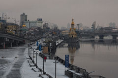 KYIV UKRAINA 22 Januari 2017: Morgonsikt till invallningen nära flodporten reflekterad flod för stadskremlin liggande natt Vinter royaltyfria bilder