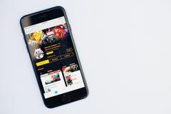 Kyiv Ukraina - Juli 11,2017: Apple iPhone 7 med förundra sig komiker a Royaltyfri Bild