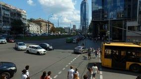 Kyiv Ukraina-Juli 18, 2018: Bussen förbigår den brutna bilen på avenyn efter vägolycka och tändning, Juli 18, 2018 i Kyiv lager videofilmer