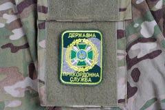 KYIV UKRAINA - Juli, 16, 2015 Enhetligt emblem för Ukraina gränsbevakning på den kamouflerade likformign arkivbilder