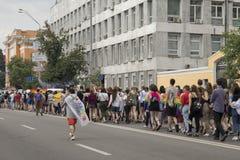 Kyiv/Ukraina - Juni 23, 2019: Den årliga Pride Parade LGBT Inskrift på stolthet för flaggaKharkiv stad royaltyfri bild
