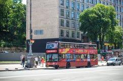 KYIV UKRAINA JUNI 26, 2018: En röd dubbeldäckarebuss är enflygtur buss för sight i Kiev arkivfoto