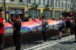 Kyiv Ukraina - Juni 23, 2019 Mars av jämställdhet LGBT-marsch KyivPride b?gen st?tar Folket vecklade ut en enorm regnbågeflagga arkivbild