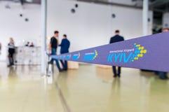 KYIV UKRAINA, KWIECIEŃ, -, 07, 2016: Kyiv lotnisko międzynarodowe, Zhuliany Zatrzymuje linię lub faborek z logem lotniskowy KYiv Fotografia Royalty Free