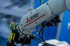 Kyiv Ukraina, Listopad, - 22, 2018: Mitsubishi robota Elektryczna ręka zdjęcia stock