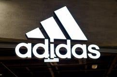 Kyiv Ukraina - Maj 04, 2018: Adidas tecken och logo Adidas är en tysk multinationell korporation som designer och tillverkningar royaltyfri foto