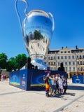 KYIV UKRAINA - MAJ 26, 2018: Finalen av mästarna liga, fans av den Real Madrid lagställningen på Sofiyskaya det fyrkantiga near fotografering för bildbyråer