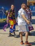 KYIV UKRAINA - MAJ 26, 2018: Finalen av mästarna liga, fans av den Real Madrid lagställningen på Sofiyskaya det fyrkantiga near royaltyfria bilder
