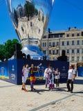 KYIV UKRAINA - MAJ 26, 2018: Finalen av mästarna ligan, fans av den Real Madrid lagställningen på Sofiyskayaen kvadrerar royaltyfri bild