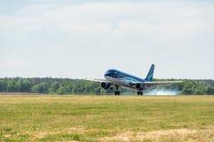 KYIV UKRAINA - MAJ 26, 2018: Foto av en Azerbaijan Airlines nivåflygbuss A319, som är det vanliga flyget Detta flygbolag Royaltyfria Foton