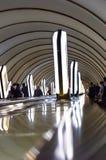 Kyiv Ukraina, Maj, - 31, 2019 Kyiv metro Stacja metra Dorogozhychi Postacie pasażery na eskalatorze i citylights zdjęcia royalty free