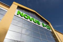 Kyiv Ukraina - MARS 27th, 2016: Singboard av den nya supermarket Novus på near den bostads- komfortstaden för regenerativ gata Royaltyfria Bilder