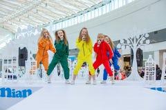 Kyiv, Ukraina Marzec 03 2019 UKFW Ukraiński dzieciak mody dzień Grupa małe dziewczynki śpiewa lub wykonuje na scenie fotografia stock