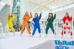 Kyiv, Ukraina Marzec 03 2019 UKFW Ukraiński dzieciak mody dzień Grupa małe dziewczynki śpiewa lub wykonuje na scenie zdjęcie stock