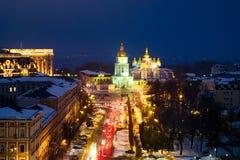 Kyiv Ukraina, med en sikt av Sten Michaels Golden - kupolformig kloster och trafik Fotografering för Bildbyråer