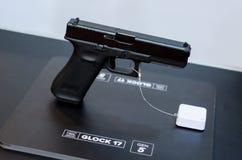Kyiv Ukraina - Oktober 10, 2018: Glock modell 17 Internationella utställningARMAR OCH SÄKERHET 2018 royaltyfri foto