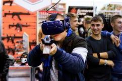 Kyiv Ukraina - Oktober 10, 2018: Grabbskytte i virtuell verklighet Internationella utställningARMAR OCH SÄKERHET 2018 royaltyfria foton