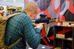 Kyiv Ukraina - Oktober 10, 2018: Man som använder geväret Internationella utställningARMAR OCH SÄKERHET 2018 royaltyfri bild