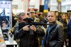 Kyiv Ukraina - Oktober 10, 2018: Man som använder geväret Internationella utställningARMAR OCH SÄKERHET 2018 arkivfoto