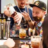 Kyiv, Ukraina - 30 Październik, 2016: Barmanu festiwal Młodzi przystojni barmany robią koktajlowi Obrazy Stock
