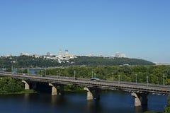 Kyiv Ukraina, Sierpień, - 16, 2015: Kyiv pejzaż miejski Widok most nad Dnipro od wzrosta fotografia stock