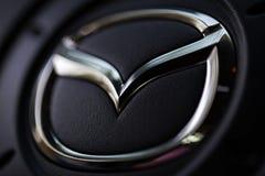 KYIV UKRAINA, SIERPIEŃ, - 05, 2017: Mazda samochodowy logo na kierownicie Sierpień 05, 2017 Fotografia Royalty Free