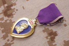 KYIV UKRAINA, Sierpień, - 23, 2016 Purple Heart nagroda na USA żołnierzy piechoty morskiej kamuflażu mundurze obrazy royalty free