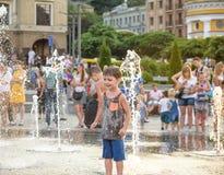 KYIV, UKRAINA SIERPIEŃ 13, 2017: Szczęśliwi dzieciaki zabawę bawić się w wody miejskiej fontannie na gorącym letnim dniu Zdjęcia Royalty Free