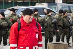 Kyiv Ukraina, självständighetfyrkant, September 9: Volontären av Röda korset står nära byggnaden av medborgaren arkivbilder