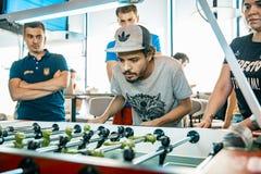 KYIV UKRAINA, stångliga av lån KickerKicker 10 Juni 2018 Aktiva män och kvinnor har gyckel under tabellfotbollleken arkivbilder