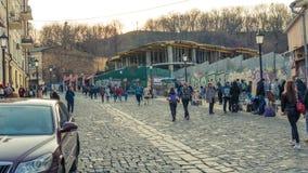 Kyiv Ukraina - 04 06 2019: Turister som går i den historiska mitten av Kyiv royaltyfri bild