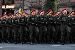 KYIV, UKRAINE - 24 AOÛT 2016 : Défilé militaire dans Kyiv, consacré au Jour de la Déclaration d'Indépendance de l'Ukraine L'Ukrai Photographie stock
