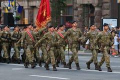 KYIV, UKRAINE - 24 AOÛT 2016 : Défilé militaire dans Kyiv, consacré au Jour de la Déclaration d'Indépendance de l'Ukraine L'Ukrai Photos stock