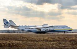 Kyiv, Ukraine - 3. April 2018: Das größte Flugzeug der Welt s, das Transportflugzeug Mriya Antonow An-225, bereitet vor sich sich Stockfoto