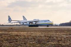 Kyiv, Ukraine - 3. April 2018: Das größte Flugzeug der Welt s, das Transportflugzeug Mriya Antonow An-225, bereitet vor sich sich Stockbild