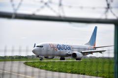 KYIV, UKRAINE - 23. APRIL 2016: Flache Fluglinien-Fliege Dubai auf Stockbilder