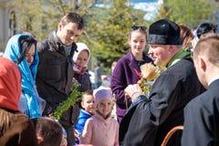 KYIV, UKRAINE - 12. APRIL 2017: Patriarch der ukrainischen orthodoxen Kirche Kyiv-Patriarchats segnet Ostern-Kuchen und gemalte E Lizenzfreie Stockfotografie
