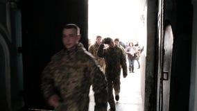 KYIV, UKRAINE, AVRIL 2018 Kiev-Pechora Lavra Une foule des personnes passent au temple Les militaires ont visité l'orthodoxe banque de vidéos