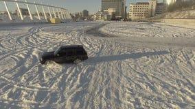 KYIV, UKRAINE - 15 FÉVRIER 2017 : La voiture noire moderne dérive sur des routes d'une neige clips vidéos