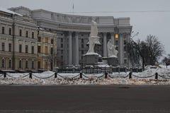 KYIV UKRAINE-12 Fabruary 2017: Utrikesdepartementet av Ukraina På söndagmorgon morgon Tänd i ett fönster på det femte golvet Arkivbilder
