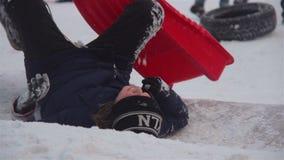 Kyiv, Ukraine, 10 02 2017, garçon sledging en bas de la colline au parc d'hiver banque de vidéos