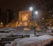 KYIV, UKRAINE: Heydar Aliyev Square in Kiew an einem Winterabend Stockbild