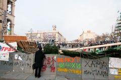 KYIV, UKRAINE : Homme adulte observant la démonstration à un secteur entouré par des barricades Photos libres de droits
