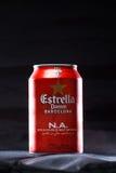KYIV, UKRAINE, IM AUGUST 2017: Möglicherweise Estrella Damm-Bier Estrella Damm- - Pilsner-Bier gebraut in Barcelona, Katalonien,  Lizenzfreies Stockbild