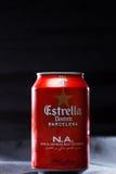 KYIV, UKRAINE, IM AUGUST 2017: Möglicherweise Estrella Damm-Bier Estrella Damm- - Pilsner-Bier gebraut in Barcelona, Katalonien,  Lizenzfreie Stockfotografie