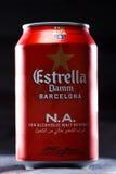 KYIV, UKRAINE, IM AUGUST 2017: Möglicherweise Estrella Damm-Bier Estrella Damm- - Pilsner-Bier gebraut in Barcelona, Katalonien,  Lizenzfreie Stockbilder
