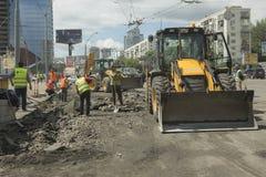 Kyiv, Ukraine im Juli 2016: Pflasternde Straße, Bau Lizenzfreie Stockfotografie