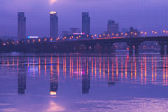 KYIV, UKRAINE 22 janvier 2017 : Belles couleurs de lever de soleil Vue vers le pont de Paton et la banque gauche du Dnipro Photos libres de droits