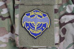 KYIV, UKRAINE - juillet, 16, 2015 Insigne d'uniforme d'intelligence militaire de l'Ukraine Photographie stock